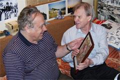 Евгений Медведев (справа) в гостях у Владислава Крапивина, 2008 г. (фотография предоставлена художником)