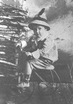 Кока на велосипеде. Фотография, 1911 г.